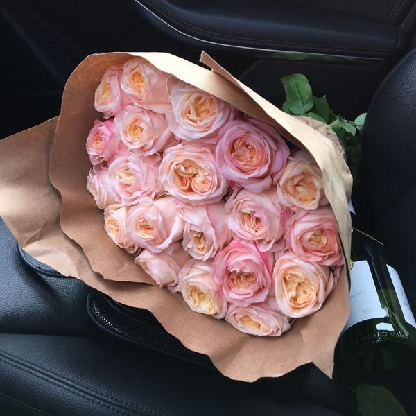 париже осуществляет букет цветов в машине на сиденье фото это одна