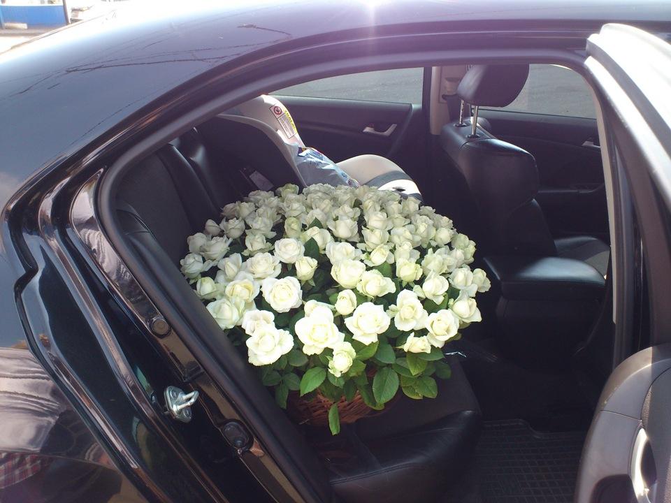 это просто фото букетов роз на капоте машины производства двигателей